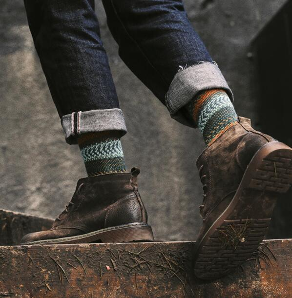 AJKE【M7005】精梳棉秋冬時尚休閒中筒襪 創意新潮中性襪 双針無虛線緹花舒適男女中筒襪