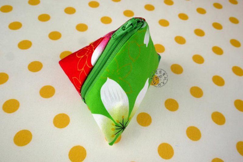 【寶貝童玩天地】【HO062-1】客家花布 粽子零錢包 粽子包 雙色款 台灣製 1個95元 - 聖誕款
