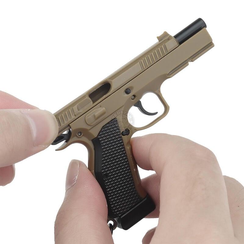 RST 紅星 - 大人的玩具 CZ75 手槍造型鑰匙圈 滑套可動 彈匣可卸 模型小吊飾 沙色 ... 19415