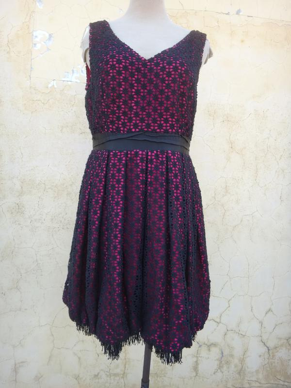 楹 ~ 全新 正品 BERNIS 桃紅黑色刺繡 美型洋裝 size: L