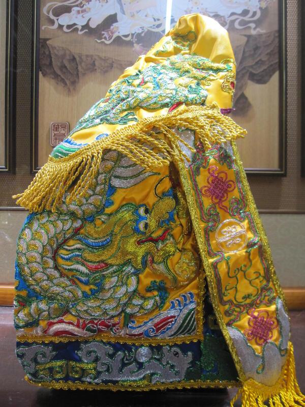 新合成佛具繡莊 黃底黃色1尺3神穿含奉帽 王母 天公 手工 金蔥+銀蔥彩鱗雙龍搶珠 招財進寶 神衣 神明衣 龍袍 披風