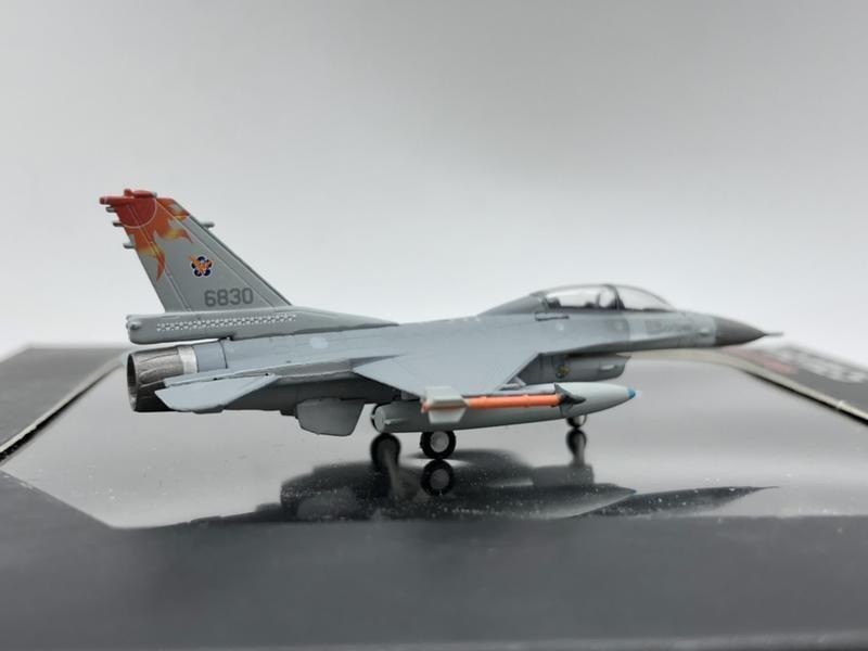1/200 ROCAF 中華民國國軍 F-16B 花蓮空軍基地 高視度 太陽神馬拉道 紅太陽 編號6830 HG6351