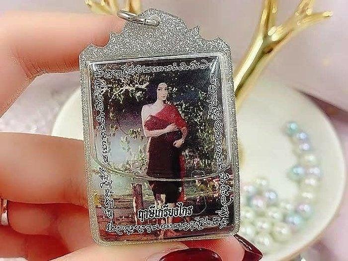 泰國佛牌真品,阿讚姜凱娜娜佛牌( 超靈),招財、 助愛情順利、婚姻美滿、挽救感情、人緣、求子、和合鎖心、避險擋災