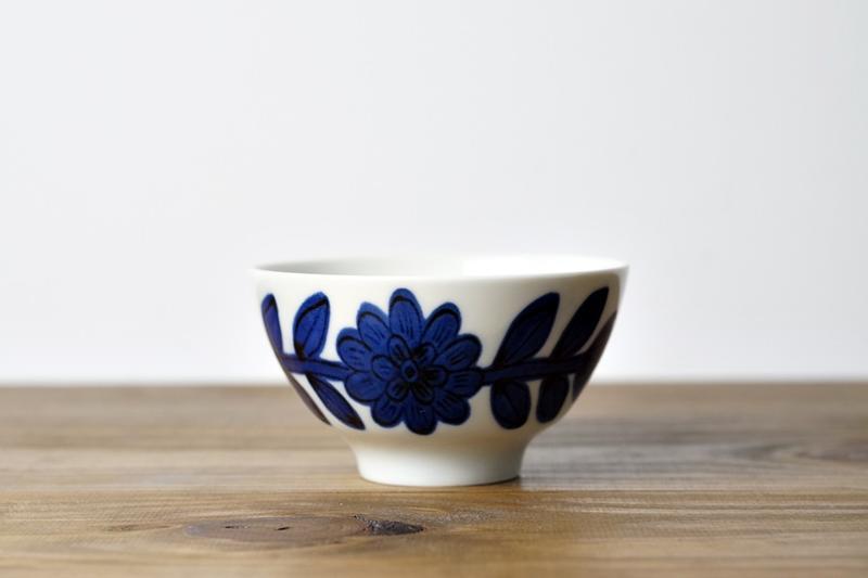 [偶拾小巷] 日本製 波佐見焼 職人手繪雛菊 飯茶碗 - 藍色