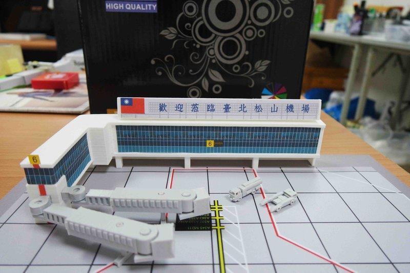 1:400 1/400 台北松山機場 成品模型 (附贈空橋 地景 地勤車2輛) MIT台灣製造