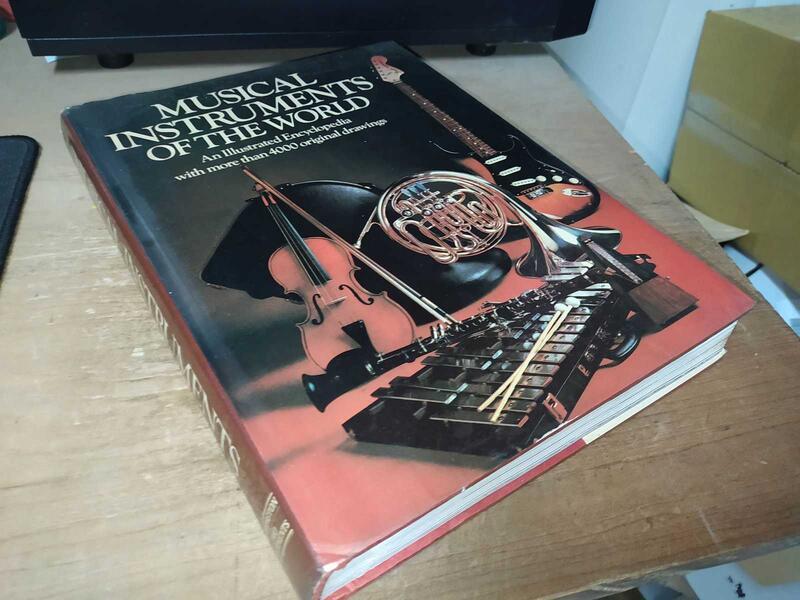 古集二手書8C ~Musical Instruments of the World 0846701340 上側黃斑內頁佳