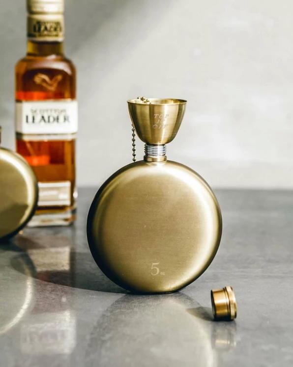 【紐約 IZOLA】紳士復古金色不銹鋼小酒瓶 5oz 不鏽鋼小酒壺 隨身酒瓶 攜帶瓶 燒瓶 復古隨身酒壺