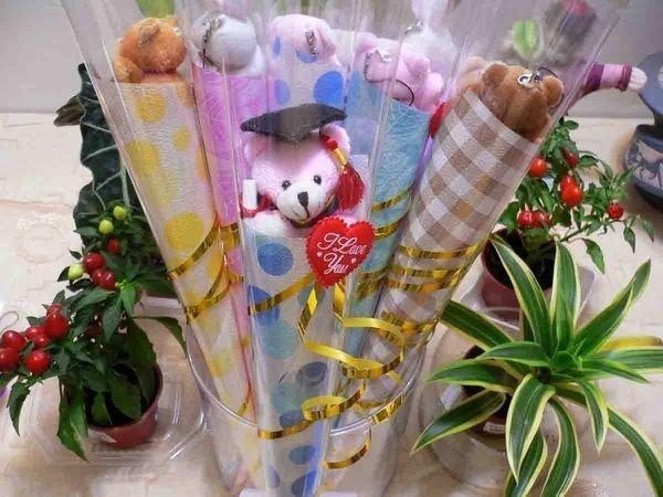 微笑學士熊甜筒花束~畢業熊~手機吊飾~紅穗學士帽+畢業證書~贈品~畢業花束~
