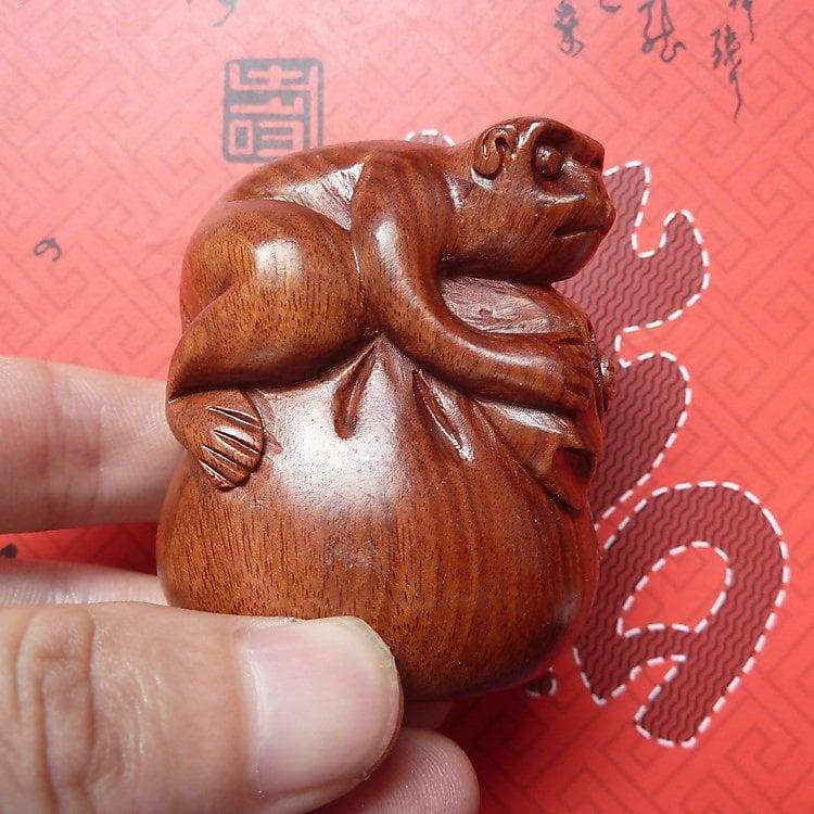 【木雕】老撾紅木酸枝木雕手把件 工藝品 木雕小擺件 錢袋猴(代代封侯)【fuxi_161229_0471】【linyahuy】