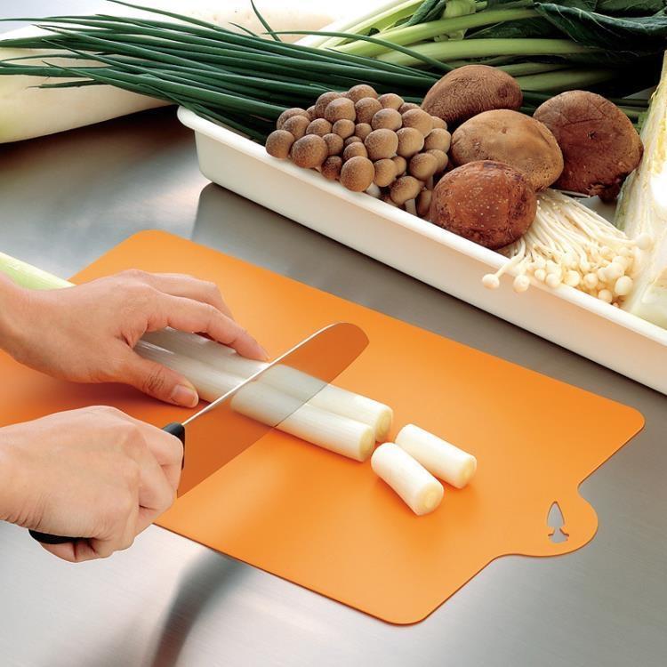 廚房可彎曲防霉砧板 日式輕薄軟性分類砧板可懸掛切菜板水果砧板-開心購